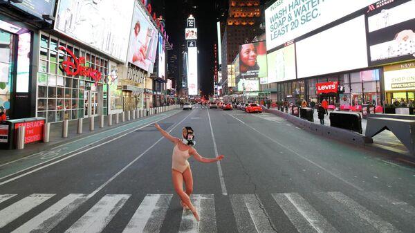 Нью-Йоркская балерина в противогазе танцует на Таймс-сквер