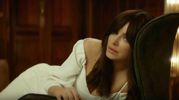 Стоп кадр из видеоклипа на песню Обещаю певицы Каролины Куек (Ани Лорак)