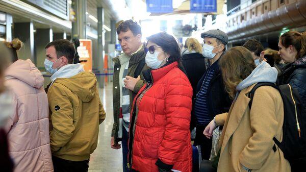 Российские туристы ждут начала регистрации в аэропорту Словении