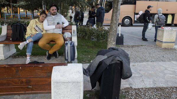 Российские туристы ожидают автобус на территории аэропорта Тиват в Черногории