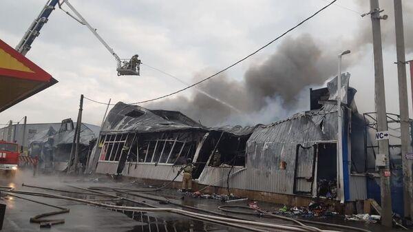 Сотрудники МЧС во время ликвидации пожара на рынке Атлант в Аксайском районе Ростовской области. 20 марта 2020