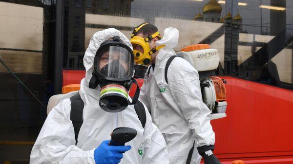 Сотрудники санитарных служб в защитных костюмах проводят обработку общественного транспорта в Санкт-Петербурге. Дезинфекция направлена на профилактику распространения коронавируса