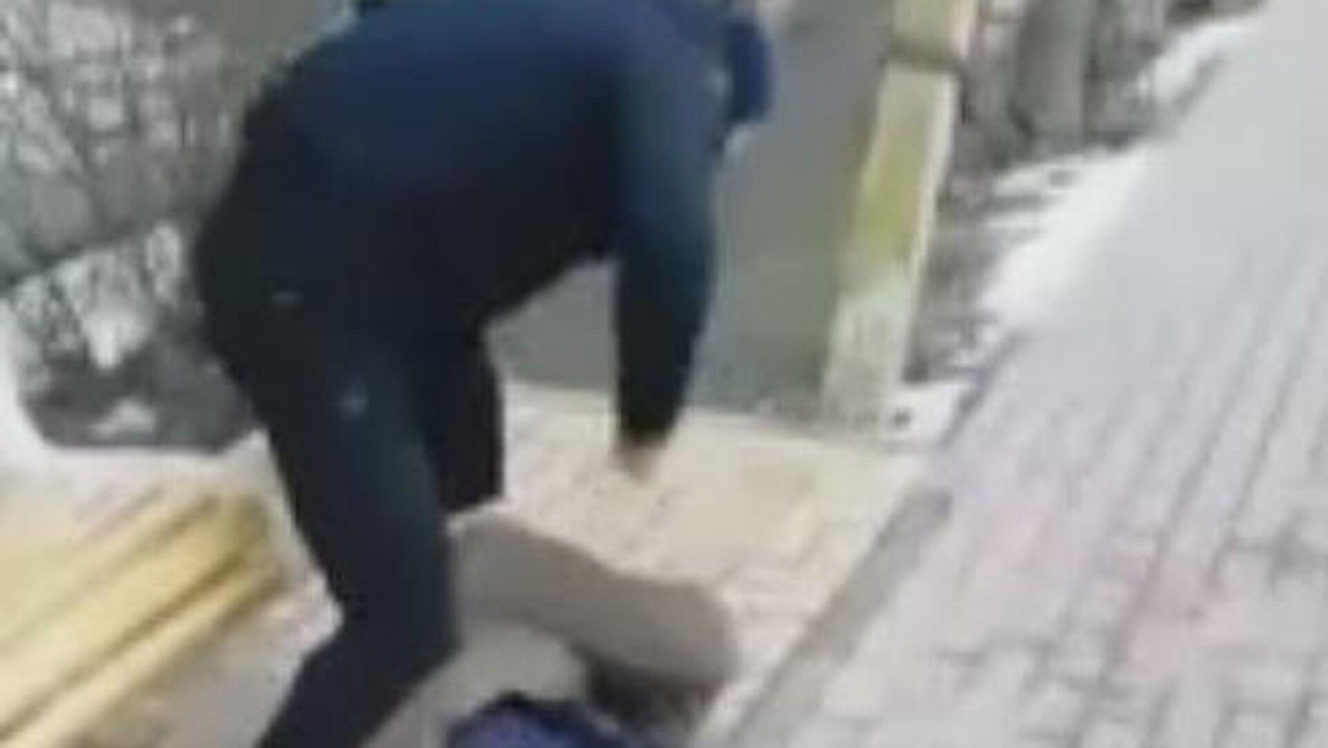 Подростки избивают мужчину. Стоп-кадр видео - РИА Новости, 1920, 23.03.2020