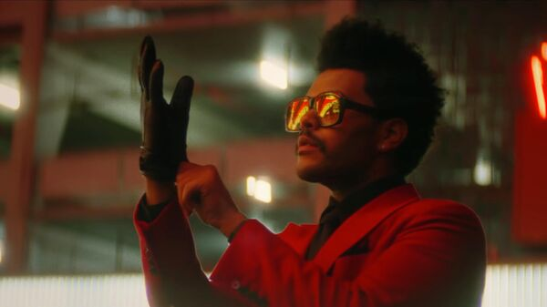Кадр из видео Blinding Lights канадского певца The Weeknd