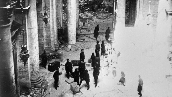 Советские бойцы в здании Рейхстага. Май 1945 года