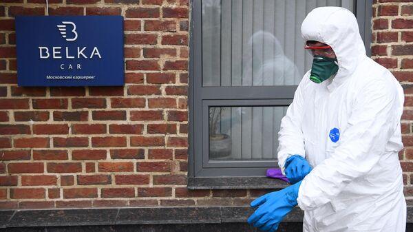 Сотрудник санитарной службы перед началом дезинфекции автомобилей сервиса каршеринга BelkaCar в Москве