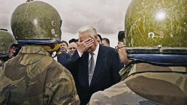 Борис Ельцин встречается с солдатами и офицерами 205-й мотострелковой бригады федеральных войск в Чеченской республике