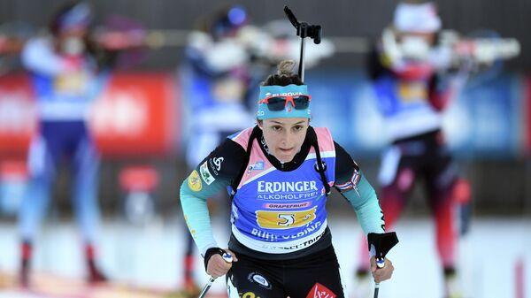 Французская биатлонистка Селия Эмонье