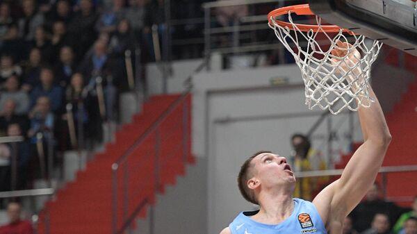 Игрок БК Зенит Владислав Трушкин (справа) в матче 20-го тура регулярного чемпионата мужской баскетбольной Евролиги сезона 2019/2020 между БК Зенит (Россия, Санкт-Петербург) и БК Валенсия (Испания, Валенсия).