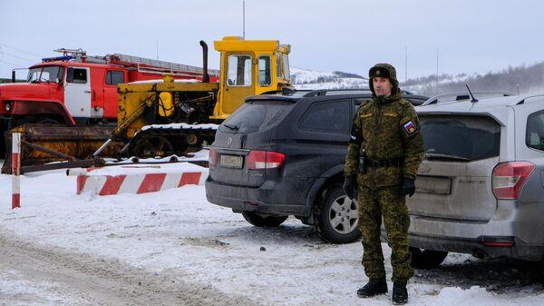 Сотрудник военной полиции у КПП воинской части, где произошел взрыв на складе с боеприпасами в Мурманской области