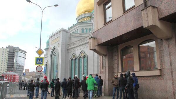 Мусульмане у закрытой Соборной мечети в Москве. 20 марта 2020 г.