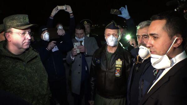 Министр иностранных дел Италии Луиджи Ди Майо во время встречи военно-транспортного самолета ВКС России Ил-76 МД
