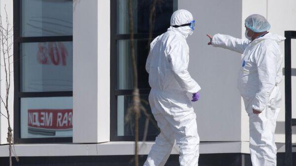 Врачи возле больницы для пациентов с подозрением на коронавирус в Коммунарке