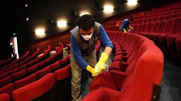Санитарная обработка зала после окончания сеанса в кинотеатре