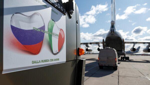 Наклейка на борту автомобиля с медицинским оборудованием для оказания помощи Италии в борьбе с распространением коронавируса