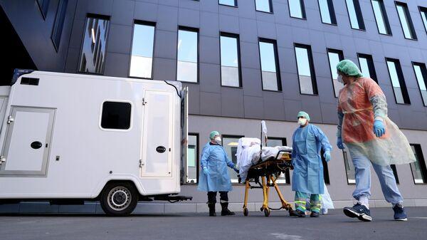 Медики доставляют пациента в больницу в бельгийском Льеже