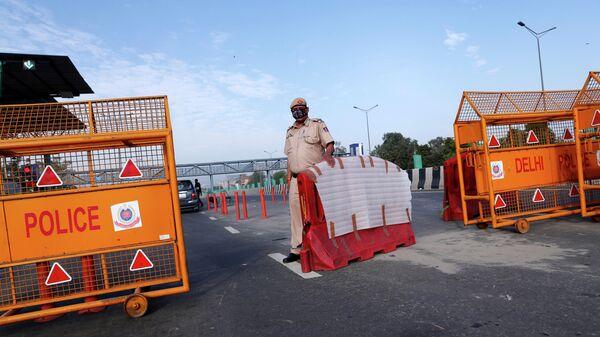 Полицейский на контрольно-пропускном пункте в Нью-Дели