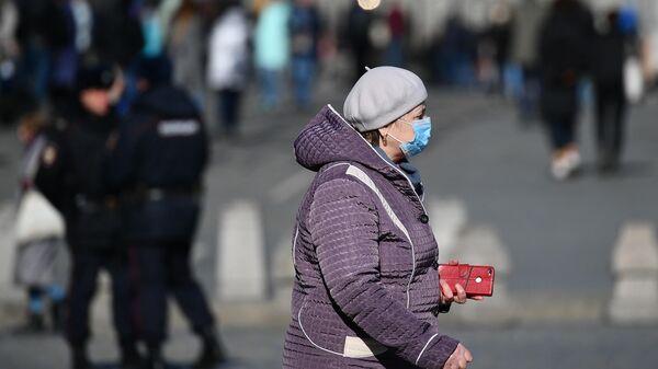 Женщина в защитной маске в центре Москвы