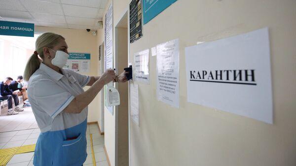Сотрудница поликлиники №28 в Волгограде дезинфицирует поверхности помещения в связи с угрозой распространения коронавируса