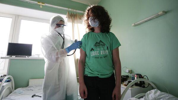 Врач осматривает пациента в обсерваторе  ГОАУЗ Мурманский областной центр специализированных видов медицинской помощи
