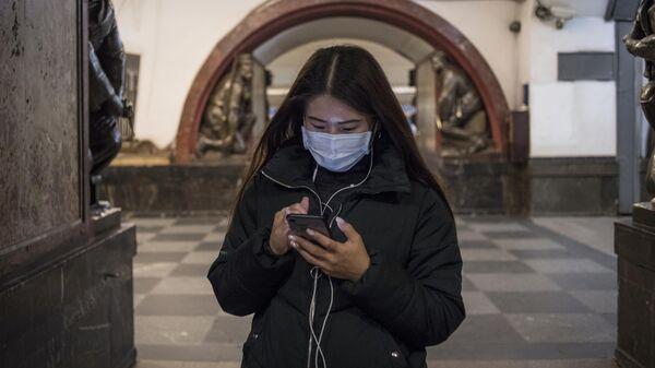 Девушка в медицинской маске в метро