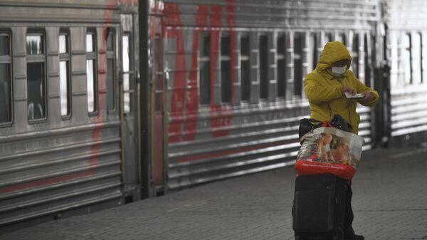 Женщина на перроне Казанского вокзала в Москве
