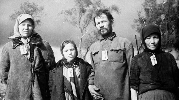 Жители деревни Зубцово. В оккупированных деревнях фашисты обязывали население носить на шее бирки с названием деревни, где они живут