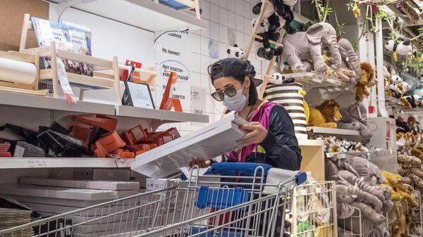 Девушка в медицинской маске в магазине IKEA