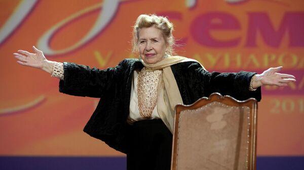 Актриса Инна Макарова выступает на церемонии открытия V Международного кинофестиваля В кругу семьи, которое состоялось киноконцертном театре Космос в Екатеринбурге