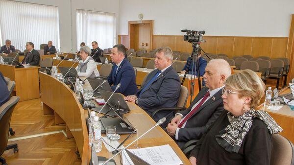 Депутаты заксобрания Вологодской области во время заседания парламента