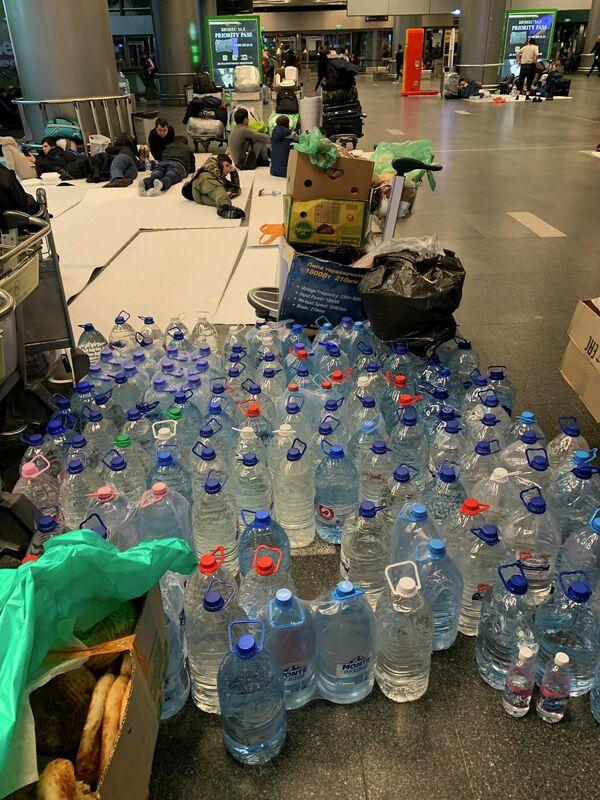 Вода для мигрантов из Средней Азии, застрявших в аэропорту Внуково