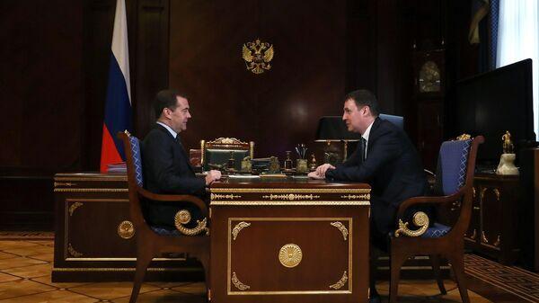 Заместитель председателя Совета безопасности РФ Дмитрий Медведев и министр сельского хозяйства РФ Дмитрий Патрушев во время встречи.