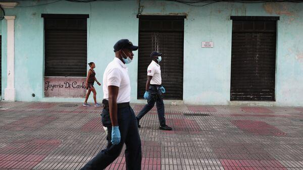 Полиция патрулирует улицы в Доминиканской Республике