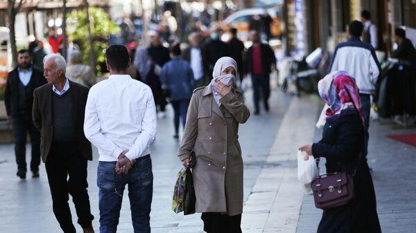 Люди на улице турецкого города Диярбакыр