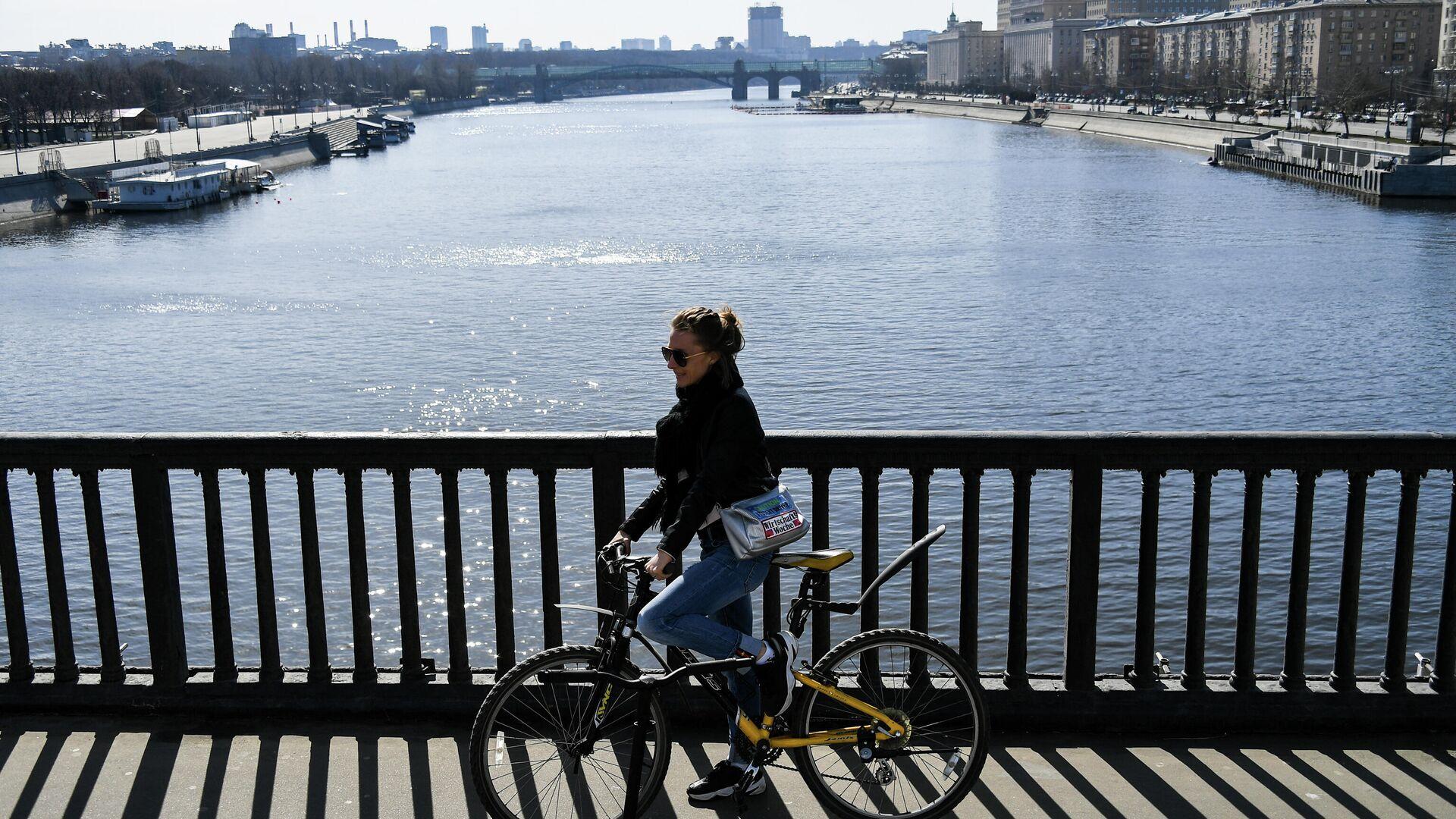 Девушка на велосипеде в Москве - РИА Новости, 1920, 01.03.2021