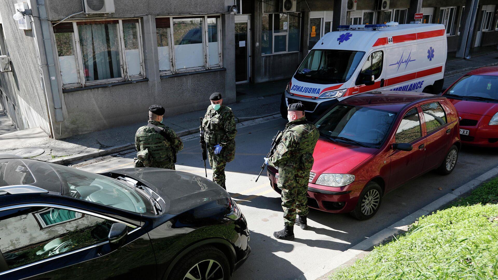 Сербские военные у здания клиники инфекционных болезней в Белграде - РИА Новости, 1920, 19.06.2021