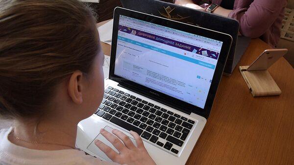 Ученица средней образовательной школы на дистанционном обучении у себя дома