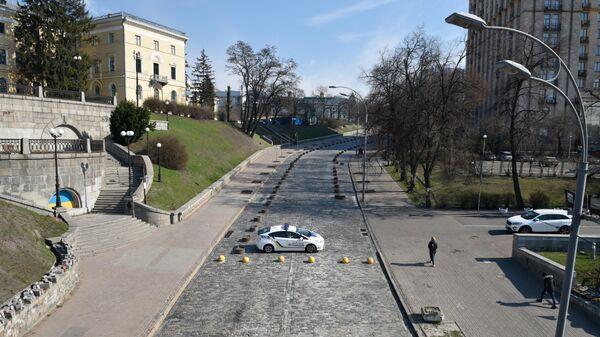 Полицейский автомобиль на Институтской улице в Киеве