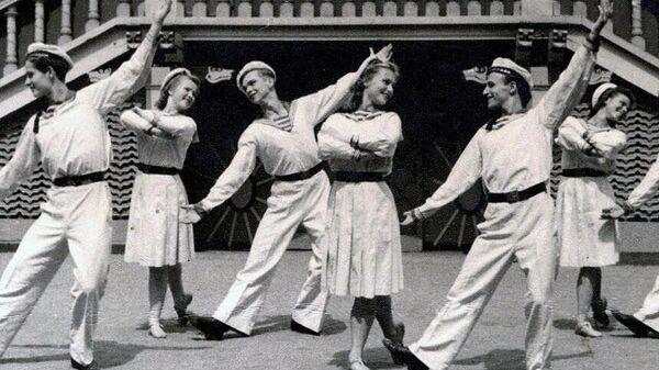 Краснофлотский танец. Сад Эрмитаж, Москва 1946 год