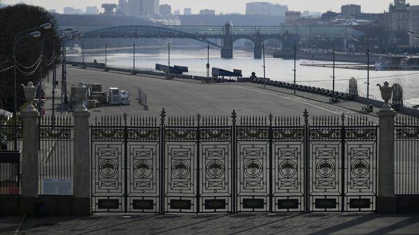 Закрытый для посетителей ЦПКиО имени М. Горького в Москве