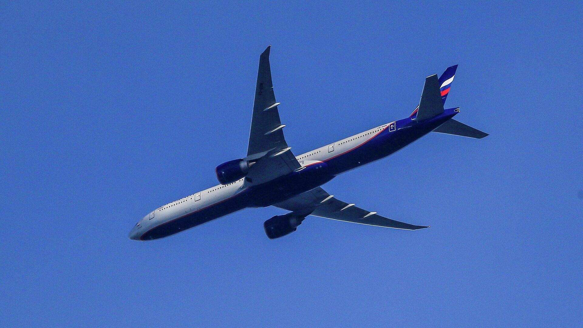 Самолет Boeing 777-3MO в небе над Москвой - РИА Новости, 1920, 13.01.2021