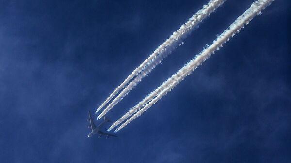 Самолет Boeing 747-4HQF в небе над Москвой