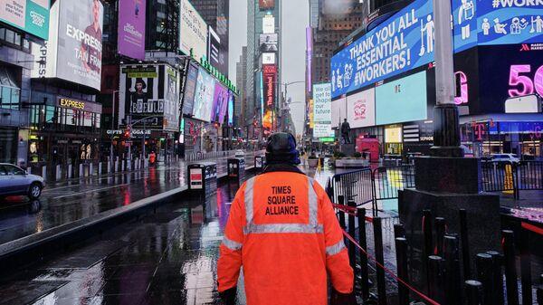 Мужчина из объединения Times Square Alliance на пустую Таймс-сквер в Нью-Йорке