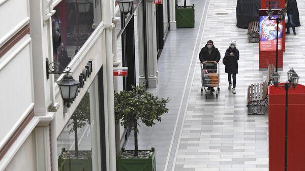 Покупатели в ТРЦ Июнь в Мытищах