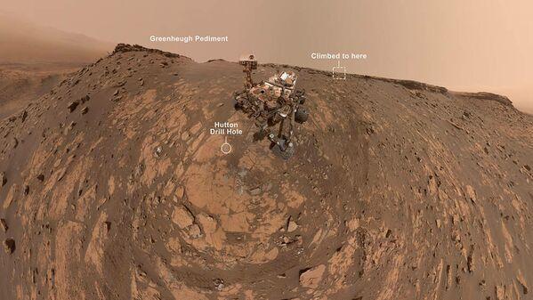 Селфи марсохода Curiosity возле крутого песчаного склона под фронтоном Гринхью