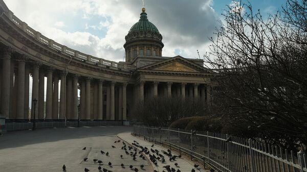Пустая площадь возле Исаакиевского собора в Санкт-Петербурге