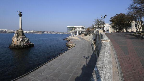 Пустая набережная в Севастополе