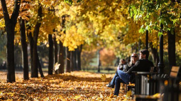 Сквер у Новодевичьих прудов в Москве осенью