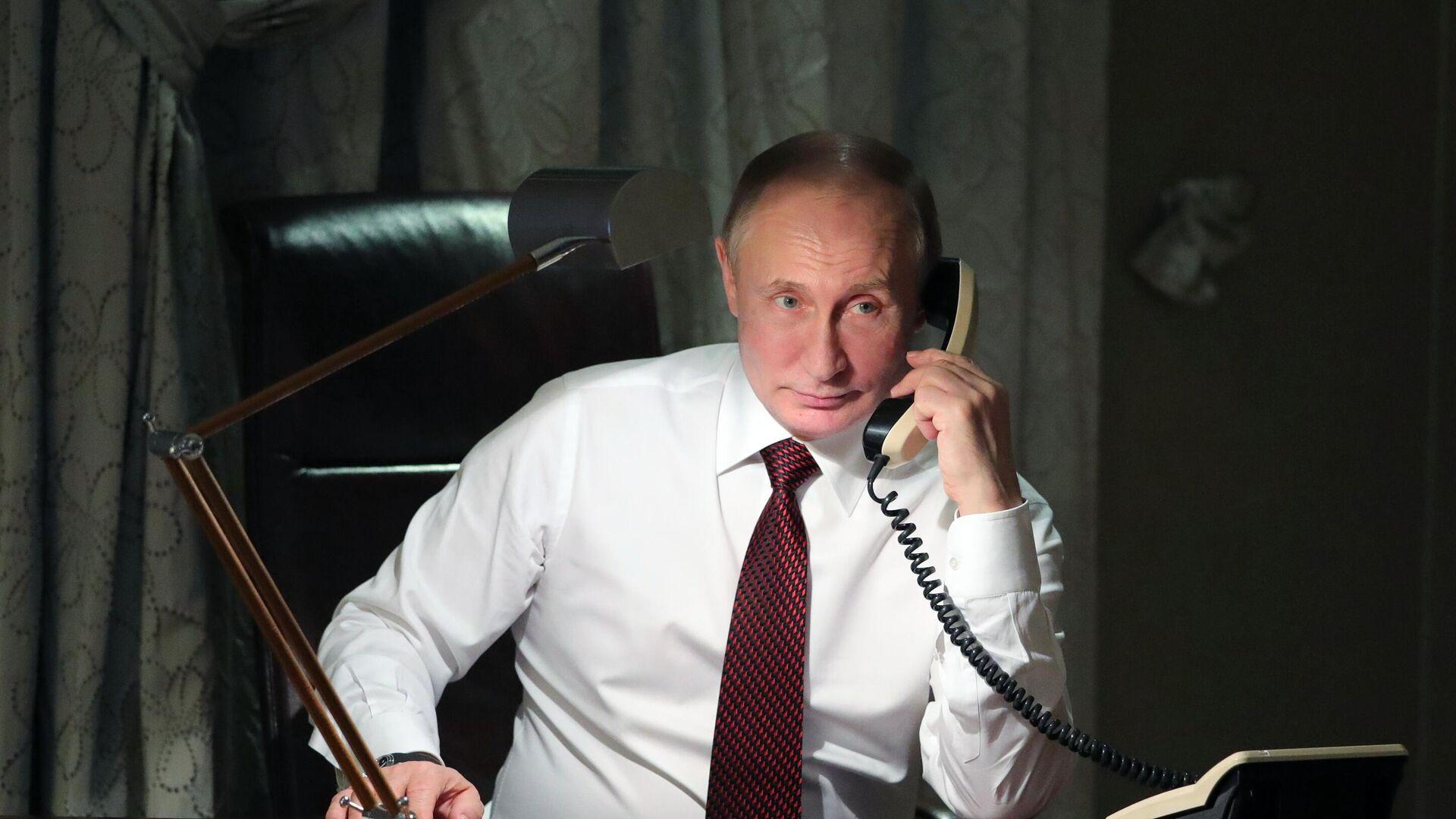 Президент РФ Владимир Путин во время телефонного разговора - РИА Новости, 1920, 25.11.2020