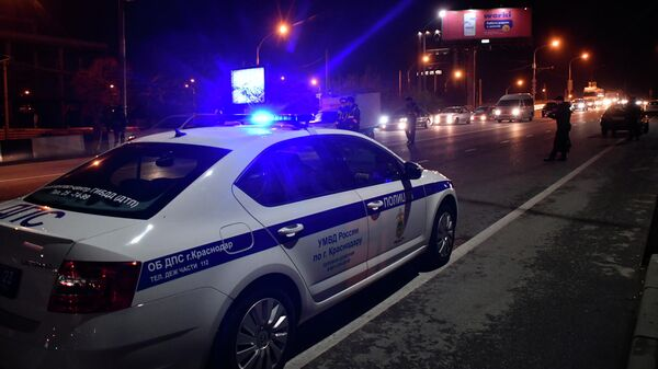 Сотрудники полиции проводят проверку документов водителей на одной из улиц Краснодара
